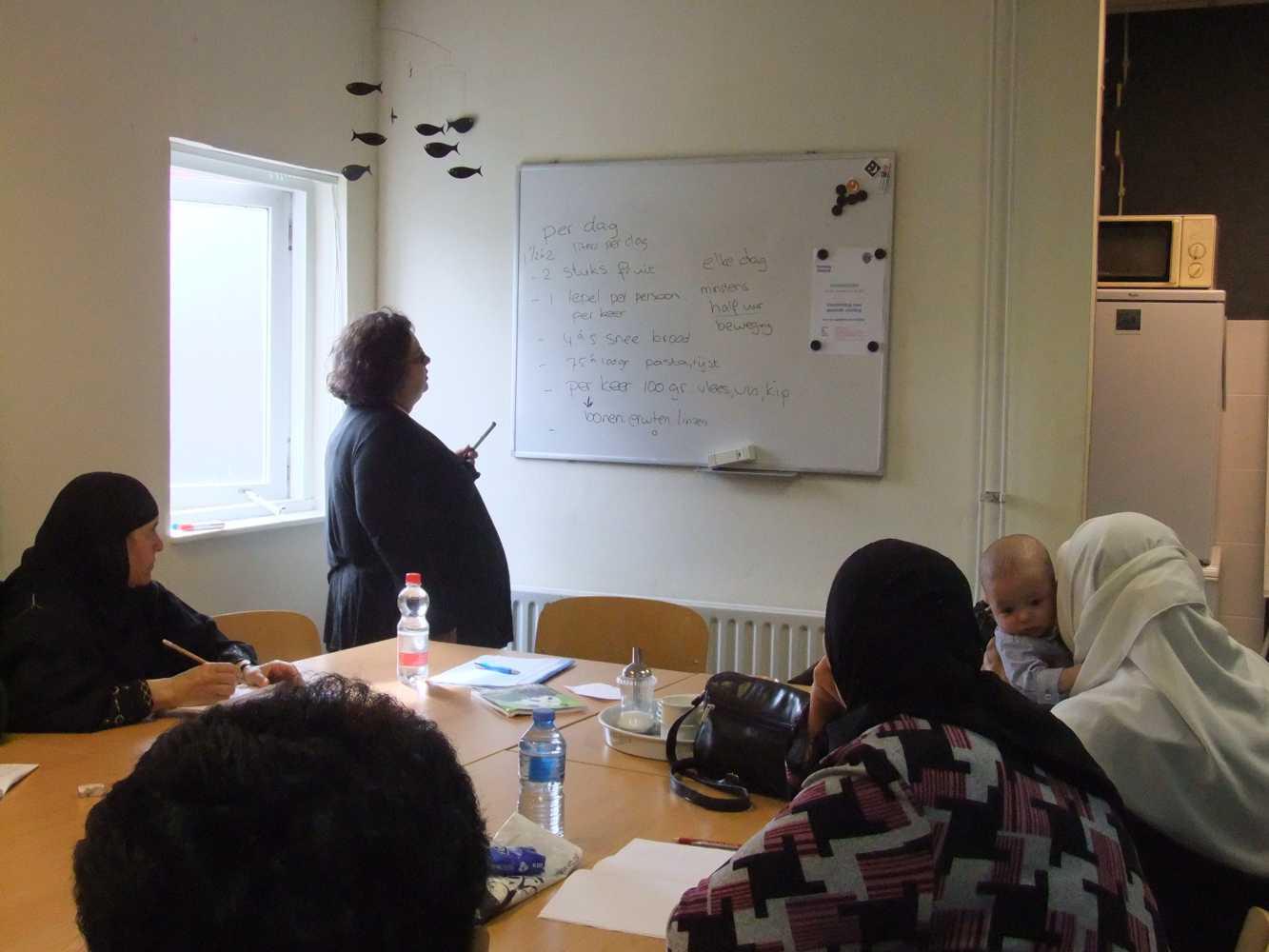 Vier van de veertien cursisten met docente